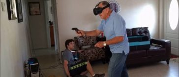 Opa gaat los op Virtual Reality Game