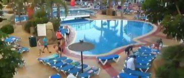 Ondertussen aan het zwembad